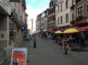 Hier in der Fussgängerzone in Düsseldorf - Benrath soll das GEW-Domizil der Betrüger sein. Mit Strohmann als Geschäftsführer. Das interssiert das Gewerbeamt nicht!