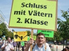 Roland Rehmet iwählte ebenfalls den Freitod - hier m August 2012 bei einer Demonstration für die Rechte der Väter in Berlin. Rehmet sah diesen Kampf als seinen Lebensinhalt an. Foto: RUEGA