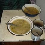 Essen im Knast - heute allerdings mit modernen Geschirr.