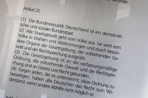 Das Widerstandsrecht ist in Artikel 20 des Grundgesetzes niedergelegt. © picture alliance/chromorange