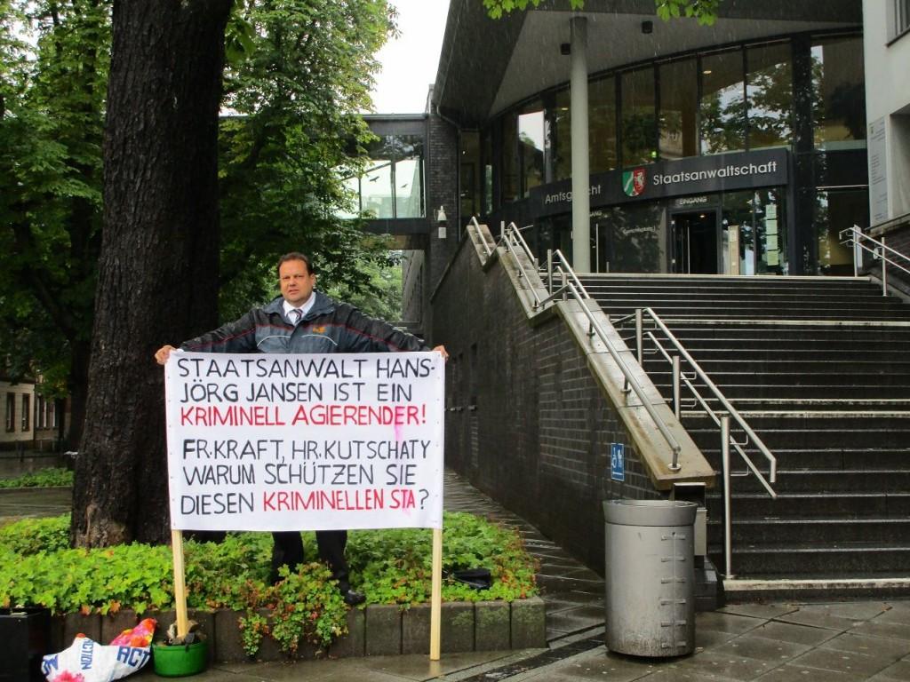 Eine genehmigte Demonstration vor der Staatsmacht - als Zeichen das man sich Derartiges  an Justizschweinerei nicht gefallen lässt.
