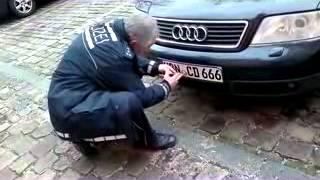 Mit perfiden Massnahmen wird sein Fahrzeug entwertet. Grund: Er hat für die Freiheit von Mitbürgern gekämpft.
