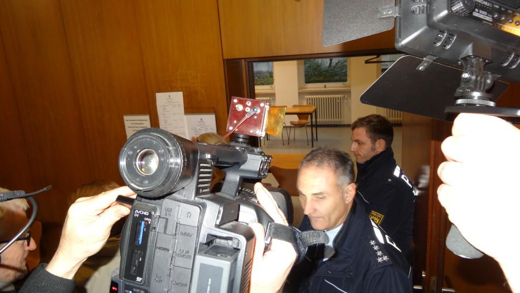 Der angebliche Rechtsstaat schottet sich hochgerüstet > mit teilweise mehr als 15 Polizeibeamten in einen Hochsicherheitstrakt ab > als sei ein Staatsterrorist beim zünden einer Bombe am Briefkasten des BVGs festgesetzt worden. Merke aber : Dabei hatte der Anwalt nur eine Vollmacht von seinem Mandaten eingeworfen.