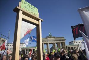 Schafott auf TITP - Demo > Ausdruck politisher Verachtung!
