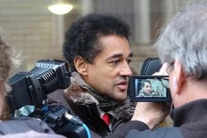 RA. Dr. David Schneider-Addae-Mensah von Kameras umringt....