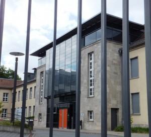 Verwaltungsgericht Weimar. Von außen die Bauhausmoderne, von innen der Muff unter den Beamten-Talaren!