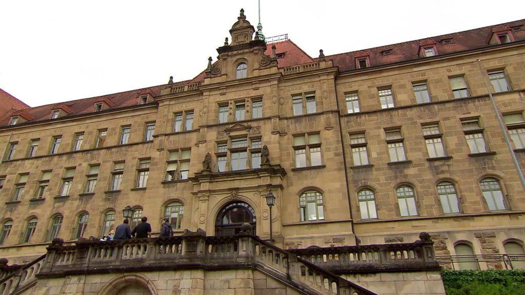 Im Labyrinth des Schweigens - Das Landgericht in Tübingen.Tübingen doch auch als Gerichtsstadt Tradition und Bedeutung. Die Tübinger Bürger werden auf dem Galgenberg beerdigt, der schon im Jahre 1200 so hieß, was ein erstes Zeugnis davon ablegt, dass Tübingen bereits in früher Zeit ein bedeutender Gerichtsort mit hoher Gerichtsbarkeit war.